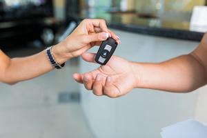 Výhody a nevýhody predaja auta cez autobazár a na inzerát.